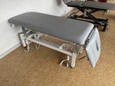 Behandlungsliege 2-teilig (elektrische Höhenverstellung) und 3-teiligem Kopfteil